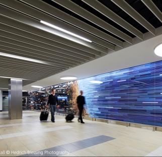 אומנות על זכוכית בחלל ציבורי