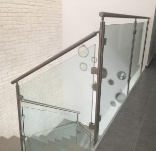 גרם מדרגות בטיחותי בזכות מעקה
