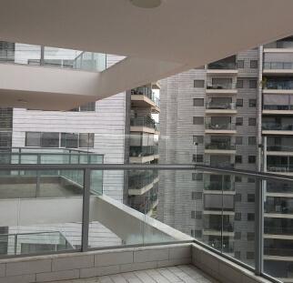 הגבהה מעקה מרפסת מזכוכית  (3)