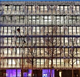 הדפסה על זכוכית מעוצבת אישית במבנה ציבור