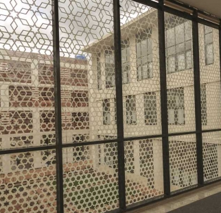 הדפסה על חזית מבנה מזכוכית