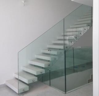 התאמה של מעקות מזכוכית לביתכם
