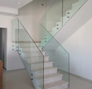 זכוכית לבית מודרני מעוצב