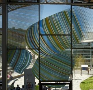 חיפוי מבנה בהדפס זכוכית צבעונית