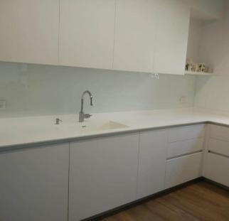 חיפוי מטבח זכוכית לבן מבריק  (2)