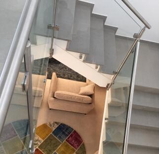 מדרגות בטיחותיות במעקה זכוכית