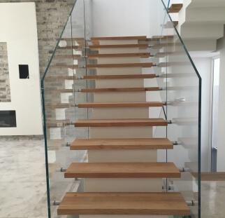 מדרגות בטיחותיות יותר עם מעקה