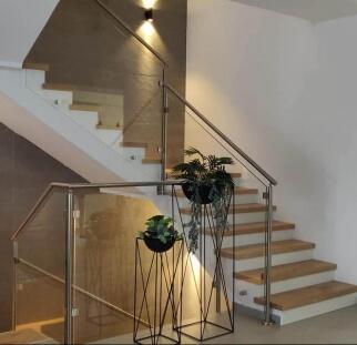 מדרגות בשילוב מעקה זכוכית מעוצב