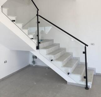 מדרגות לצד מעקה מעוצב