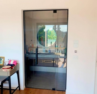 מחיצה ודלת זכוכית לבית  (1)