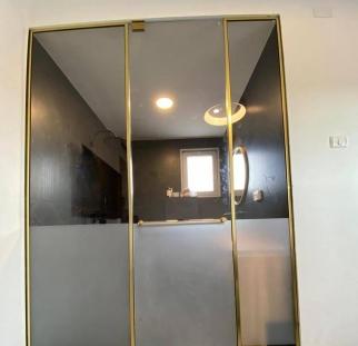 מחיצה ודלת זכוכית לחדר רחצה (3)