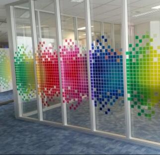 מחיצת זכוכית צבעונית