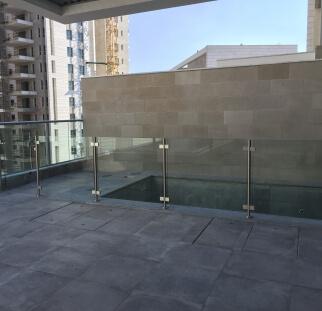 מעקה זכוכית לבריכת בדירת גג (2)