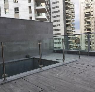 מעקה זכוכית לבריכת בדירת גג (4)