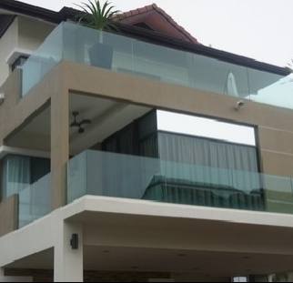 מעקה זכוכית יצוק במרפסת