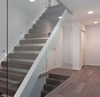 מעקה זכוכית לאורך כל גרם המדרגות