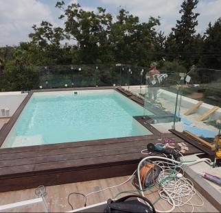 מעקה זכוכית לבריכה בגג (11)