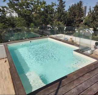 מעקה זכוכית לבריכה בגג (8)