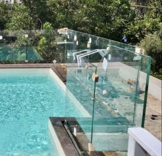מעקה זכוכית לבריכה בגג (9)