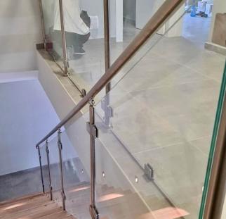מעקה זכוכית למדרגות (3)