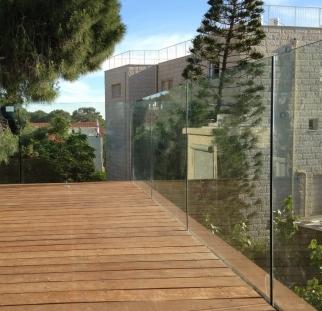 מעקה זכוכית למרפסת בית