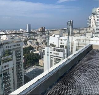 מעקה זכוכית למרפסת בניין