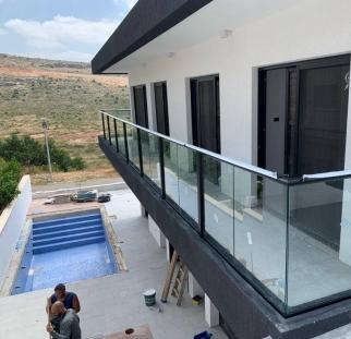 מעקה זכוכית למרפסת (2)