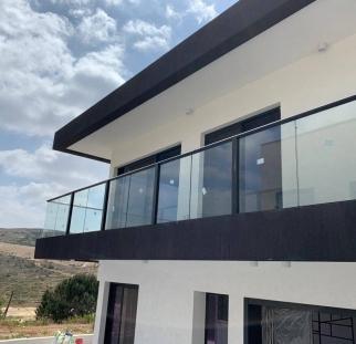 מעקה זכוכית למרפסת (3)