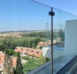 מעקה זכוכית למרפסת (5)