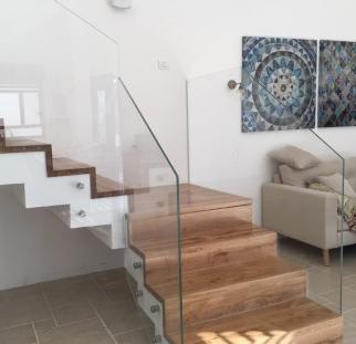 מעקה זכוכית מעוצבים למדרגות ביתכם
