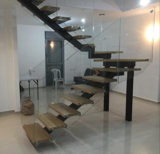 מעקה זכוכית שקוף עבור המדרגות