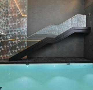 מעקה לבריכה בתוך הבית