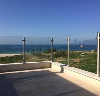 מעקה למרפסת בית שפונה לים