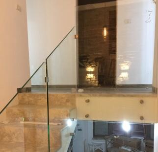 מעקה מזכוכית למדרגות בית יוקרה