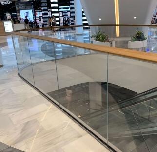 מעקות זכוכית בקניון  (2)