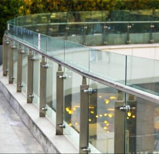 מעקות זכוכית בשטחי ציבור  (20)