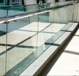 מעקות זכוכית בשטחי ציבור  (21)