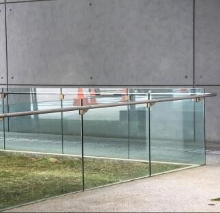 מעקות זכוכית בשטחי ציבור  (26)