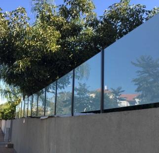 מעקות זכוכית לחצר הבית  (5)
