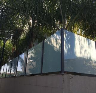 מעקות זכוכית לחצר הבית  (4)