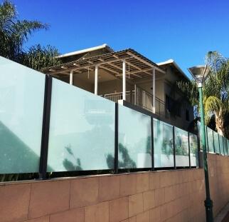 מעקות זכוכית לחצר הבית  (3)