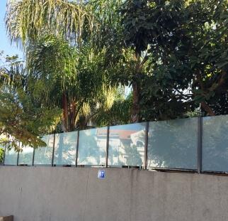 מעקות זכוכית לחצר הבית  (7)