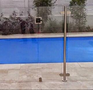 מעקות זכוכית סביב לבריכה  (3)
