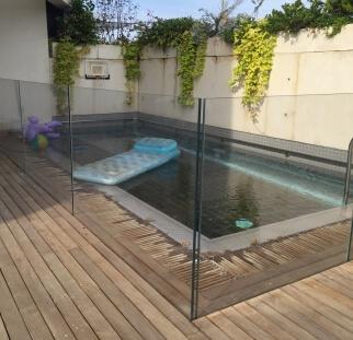 מעקות זכוכית סביב לבריכה  (39)