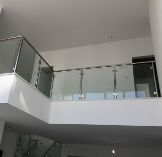 מעקות למדרגות מזכוכית בדופלקס  (6)