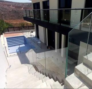 מעקות זכוכית בחצר בית פרטי (1)