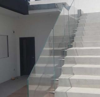מעקות זכוכית בחצר בית פרטי (2)