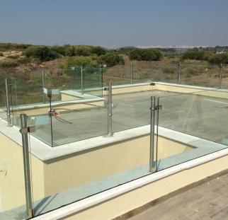 מעקות זכוכית לגג בית