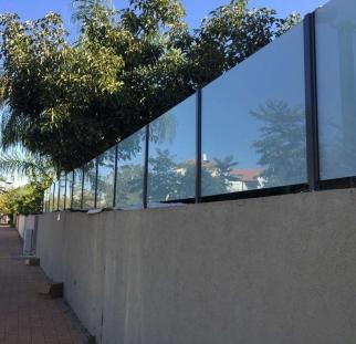 מעקות-זכוכית-לחצר-הבית-1