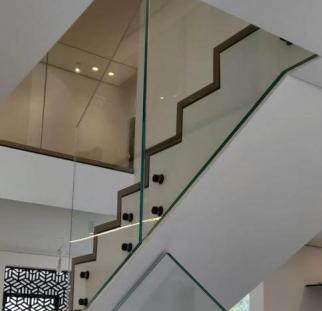 מעקות זכוכית למדרגות על מנטים (21)